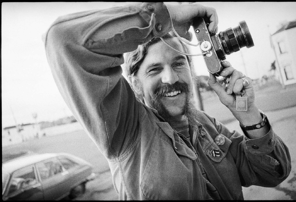 Photographer Rennie Ellis holding his camera